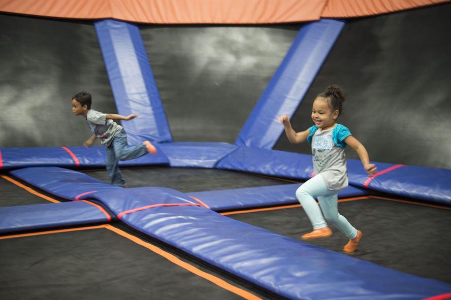 Vezměte děti do jumping areny
