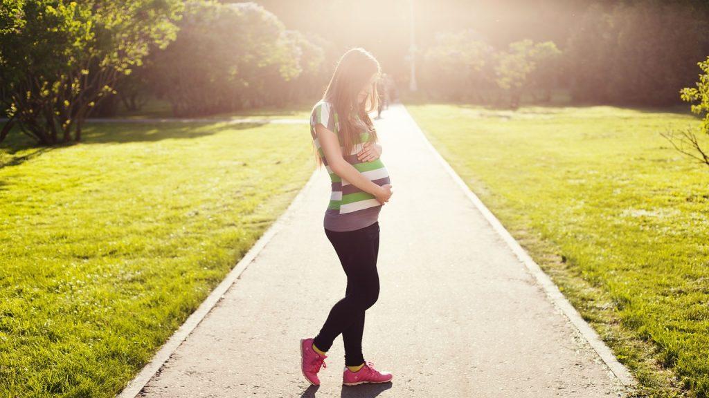 Jak si poradit s tvrdnutím břicha v těhotenství?